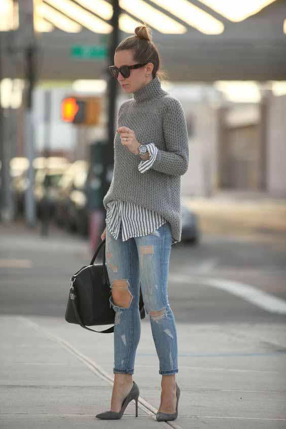 Blusa de gola alta com calça jeans destroyed e scarpin