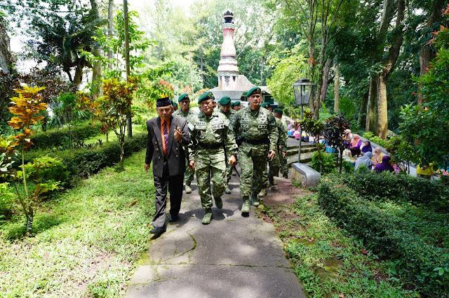 Pangkostrad Ziarah Ke Makam Jenderal Besar TNI Soeharto di Astana Giri Bangun