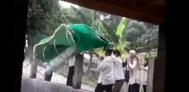 Video Keranda dan Jenazah Jatuh ke Kolam Bikin Geger, Ini Penjelasan Netizen