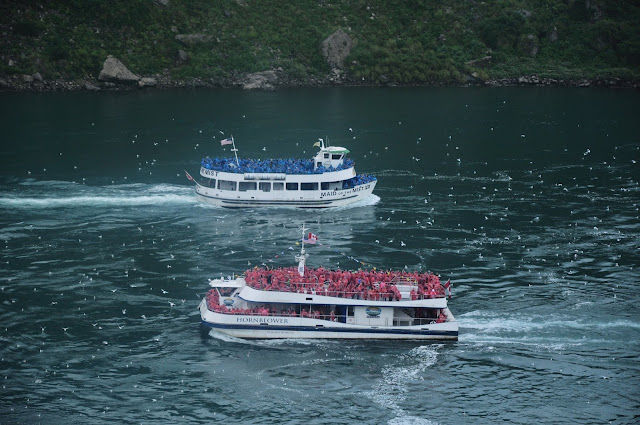 Maid of the Mist vs Hornblower Niagara Cruise @ Niagara Falls, Ontario, Canada