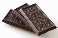 Tre quadratini di cioccolato fondente, ricco di magnesio