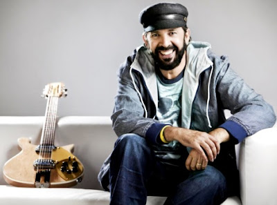 Foto de Juan Luis Guerra con su guitarra