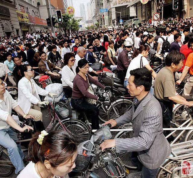 Ciclistas em Kuonming, China. Mao Tsé Tung será tido como profeta das energias renováveis de origem humano?