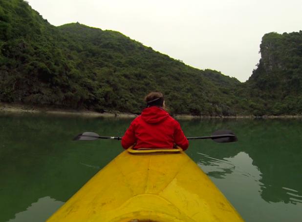 Kayak dans un lagon de la baie d'halong maritime