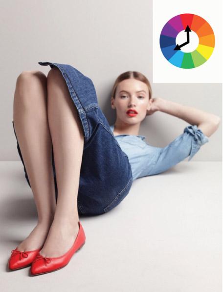 Комплект из контрастных цветов синяя юбка и рубашка и красные туфли
