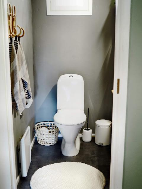 Laastiseinät vessassa