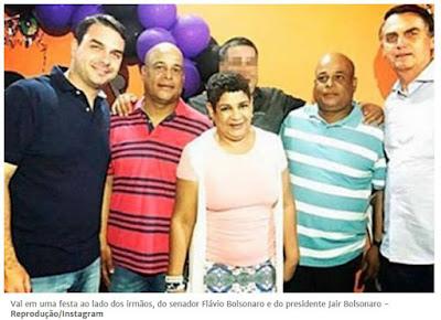 Val em uma festa ao lado dos irmãos, do senador Flávio Bolsonaro e do presidente Jair Bolsonaro