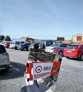 Detallae de aparcamiento y cartel de la entrada de Sajazarra