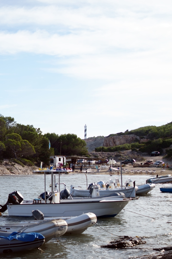 Blog + Fotografie by it's me! - fim.works - Ibiza, Portinatx - Boote in einer Bucht, Leuchtturm