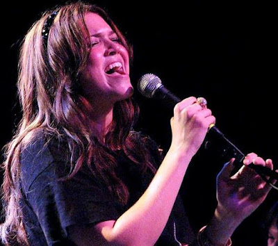 Foto de Mandy Moore cantando en concierto