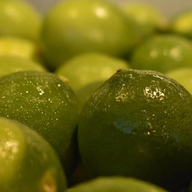 Menggunakan jeruk nipis untuk menghilangkan flek hitam