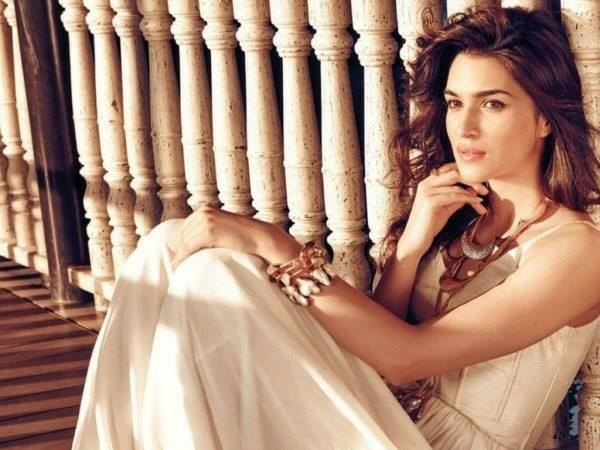 Kriti sanon upcoming movies,biography, sister,family,date of birth,boyfriend,In Saree,