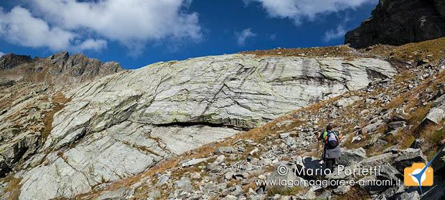 La bastionata di roccia sopra cui c'è il lago di Paione Superiore
