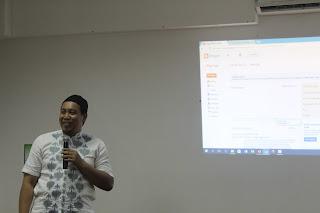 Mukhlis Rohmadi M.Pd. sedang menyampaikan tutorial membuat akun blog