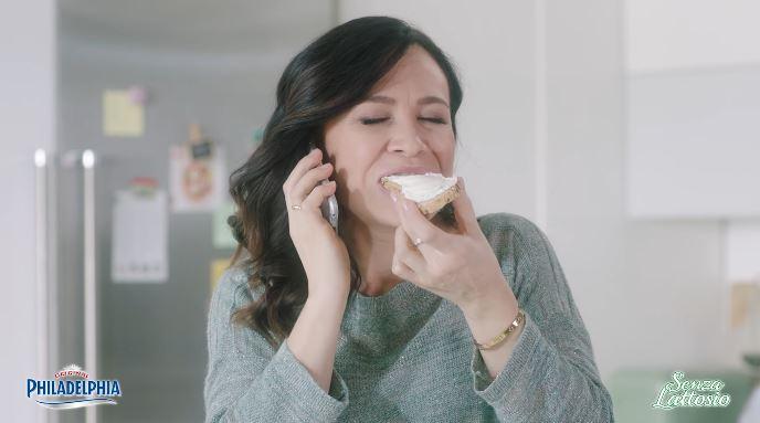 Attrice comica Philadelphia pubblicità senza lattosio con Foto - Testimonial Spot Pubblicitario Philadelphia 2017