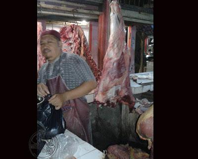 FOTO 1 : Pedagang daging sapi menjelang Lebaran di Pasar Pabuaran, Subang