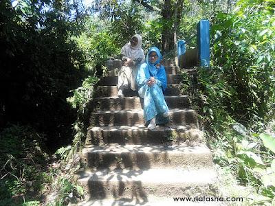 berfoto bersama di tangga menuju air terjun palak siring
