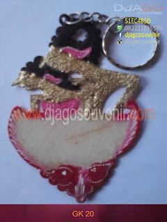 Souvenir gantungan kunci love motif batik