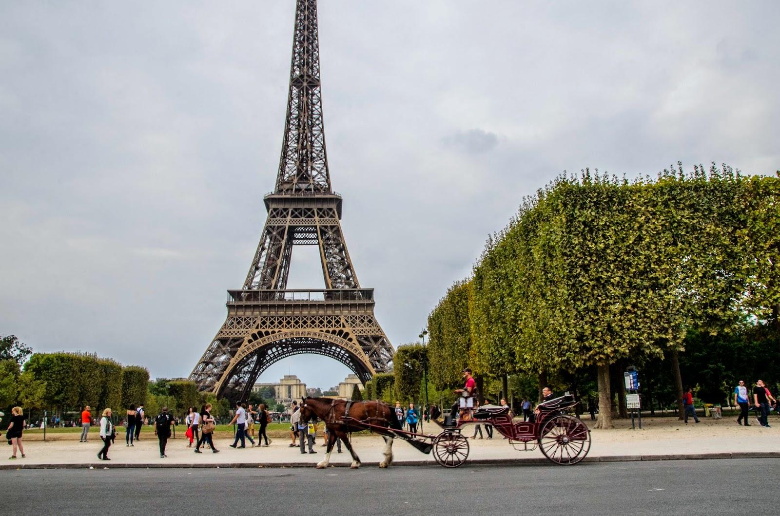 Torre Eiffel e carruagem romântica