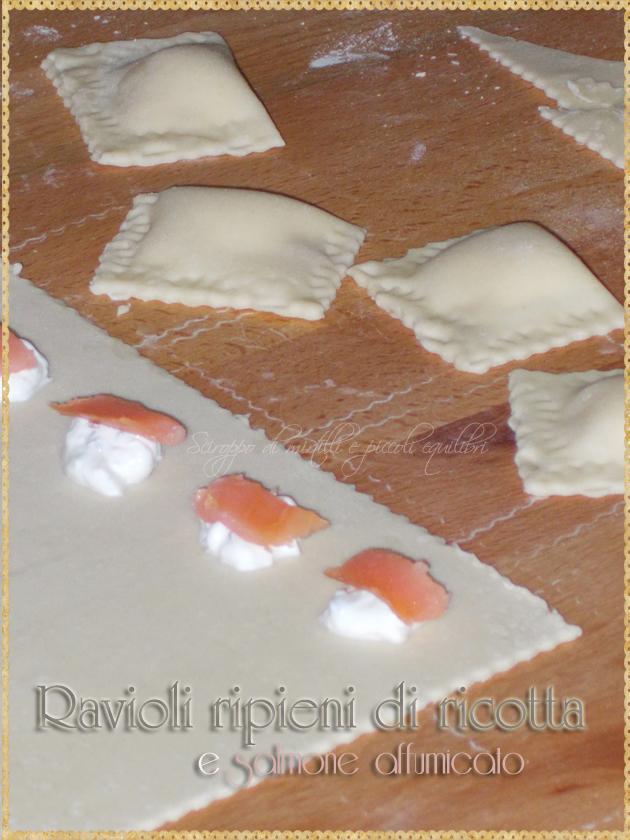 Preparazione ravioli ripieni di ricotta e salmone affumicato