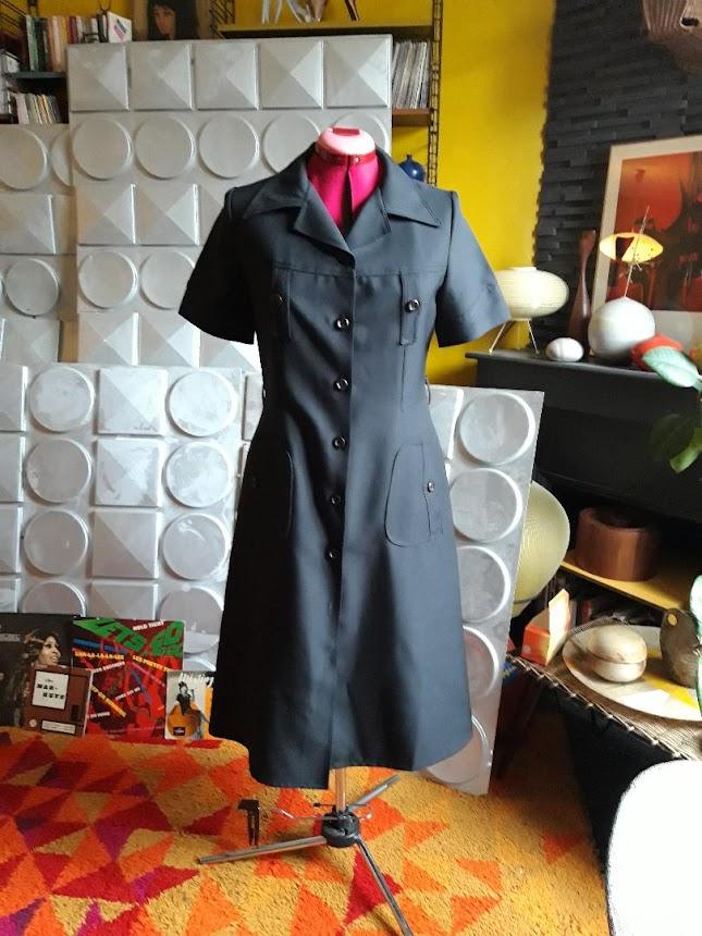 une robe des années 70  70s black stewardess dress