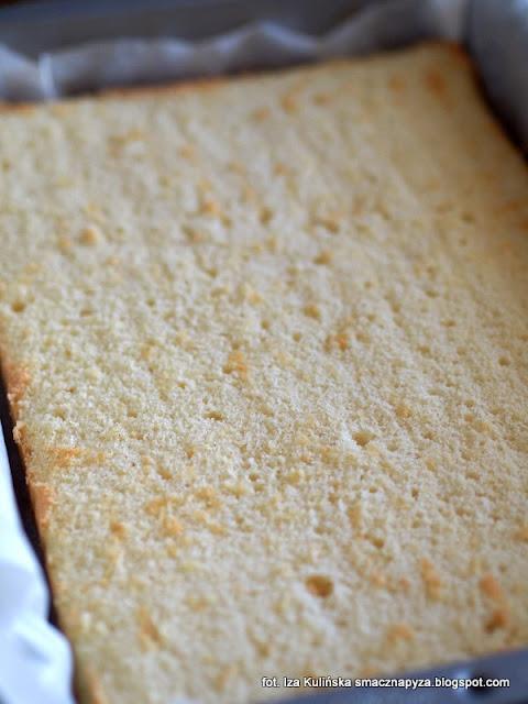 ciasto brzoskwiniowo jablkowe na biszkopcie z bita smietana, kostka brzoskwiniowo jablkowa, jablkowo brzoskwiniowa pokusa, biszkopt genuenski, biszkopt z owocami i bita śmietana, ciasto na niedziele