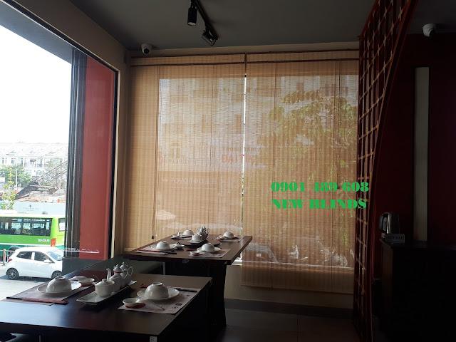 rèm tre treo cửa kính nhà hàng