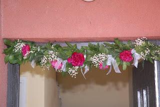 élővirág girland  a  bejárati  ajtón