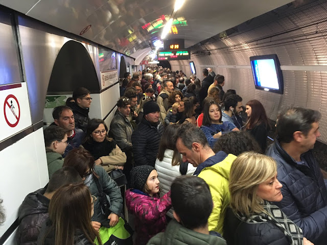 metro a - utenti in attesa