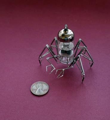 Robot araña casera hecho con material reciclado