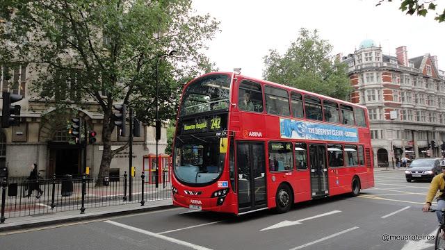 O clássico ônibus vermelho de dois andares - Londres