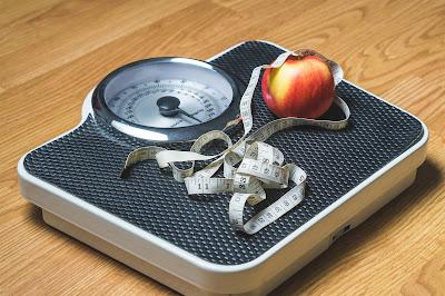 balança com fita métrica - mantenha a consulta com seu nutricionista para evitar o efeito platô