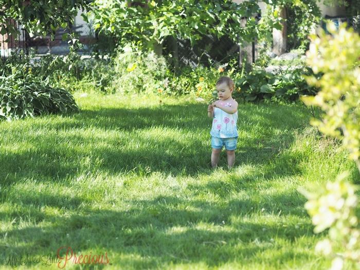 dziewczynka w zieleni