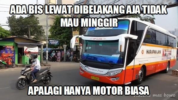Meme Lucu Saat Ibu-Ibu Naik Motor