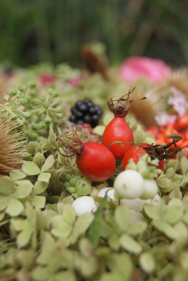 Herbstgesteck mit Hortensien Schneebeeren Hagebutten