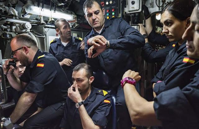 Varios tripulantes sincronizan sus relojes. CARMEN SECANELLA