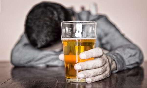 Με τρία μπουκάλια μπύρα στις 12 το βράδυ, μεθυσμένοι ως τις 3 το μεσημέρι της επομένης