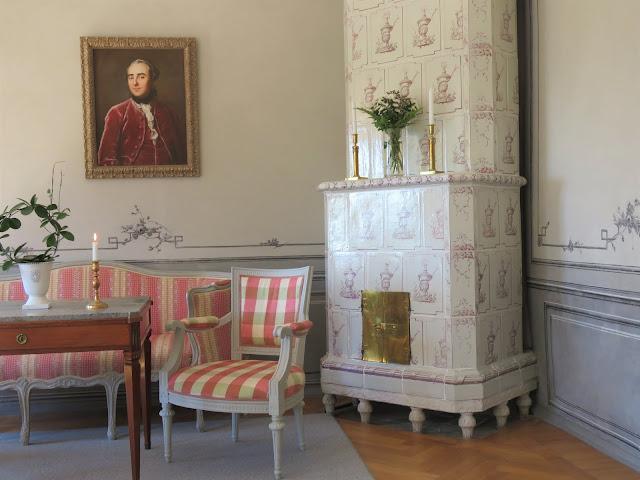 Fra en av salongene, ved kakkelovnen inne i Rosenlund Herregård, Jönköping i Småland
