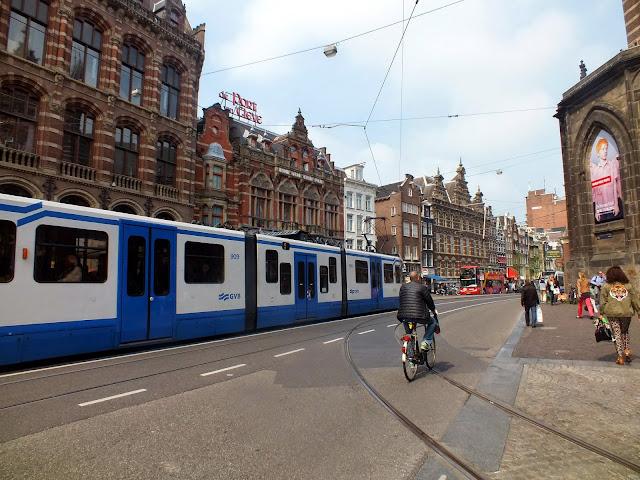 Calle con el tranvía en amsterdam