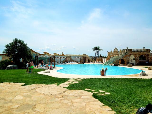 piscina,alberi, cielo,borgo