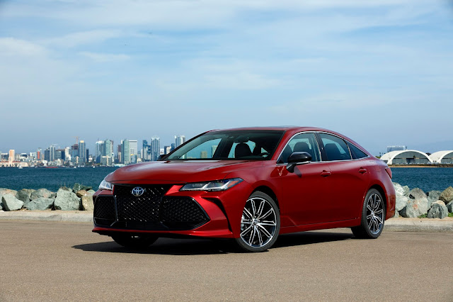 Front 3/4 view of 2019 Toyota Avalon Touring