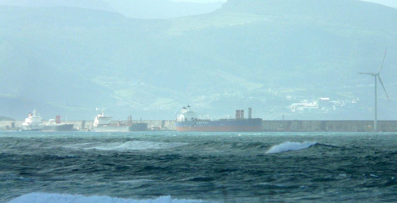 puerto bilbao abra barcos resguardados del viento y el mar
