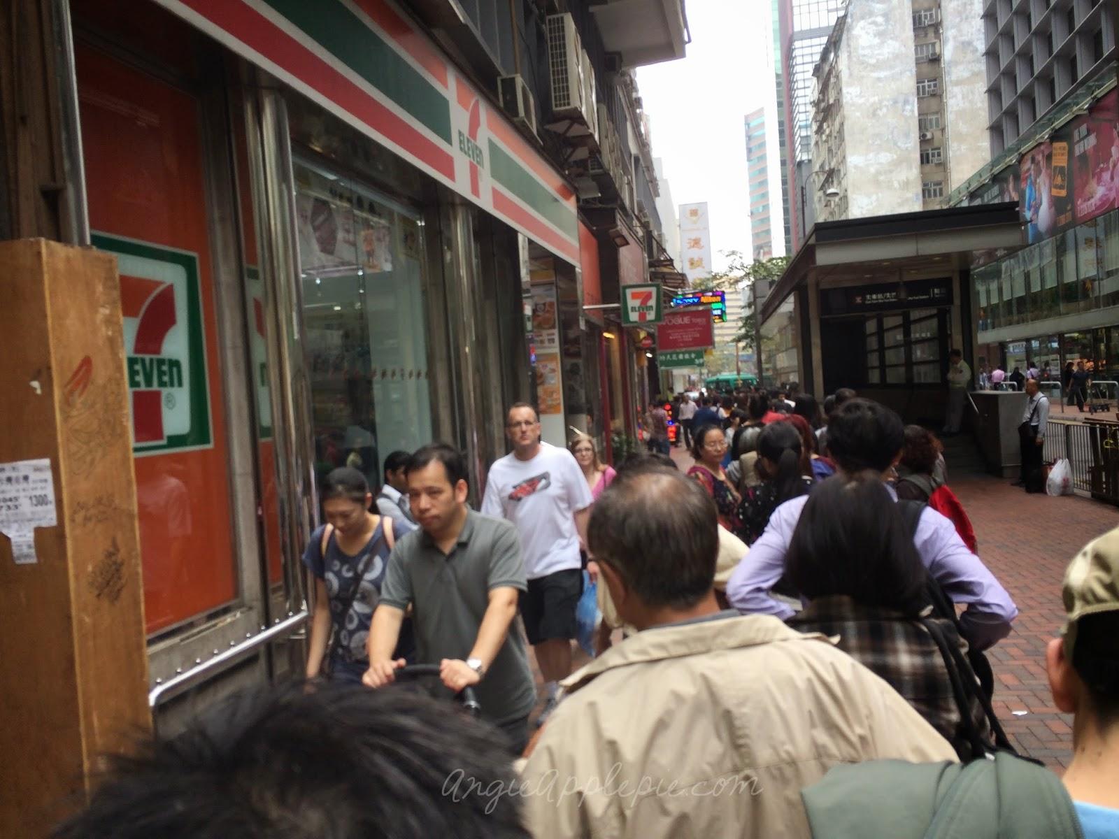 queue for Jenny Bakery 珍妮曲奇