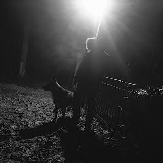 chien et maître de concert