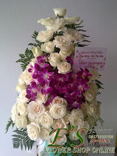rangkaian buket meja mawar putih kaombinasi anggrek
