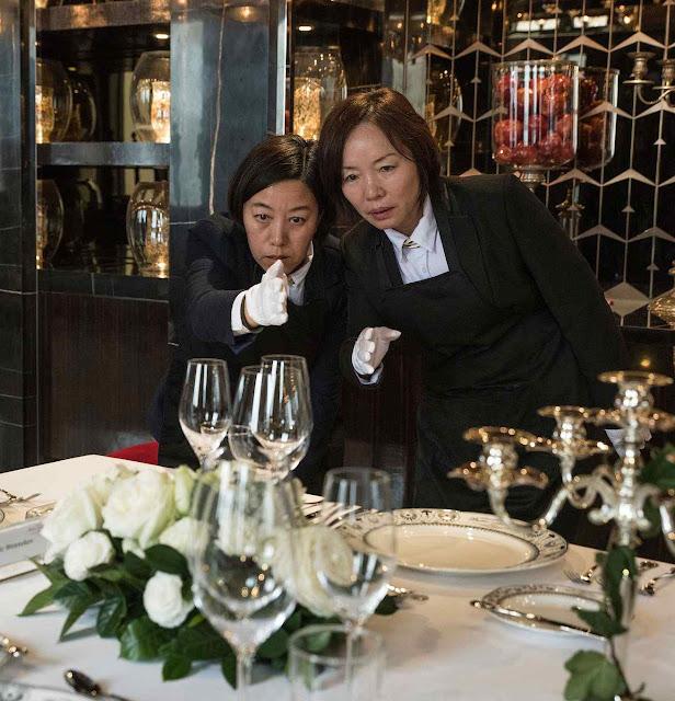 Escola para mordomos em  Chengdu. Estudantes Liu Janmin e Zhang Ling acertam a boa disposição dos copos.