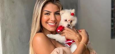 Hariany Almeida com a cachorrinha que ganhou de presente de Natal
