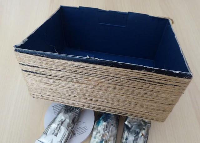 spago attorno alla scatola da riciclare