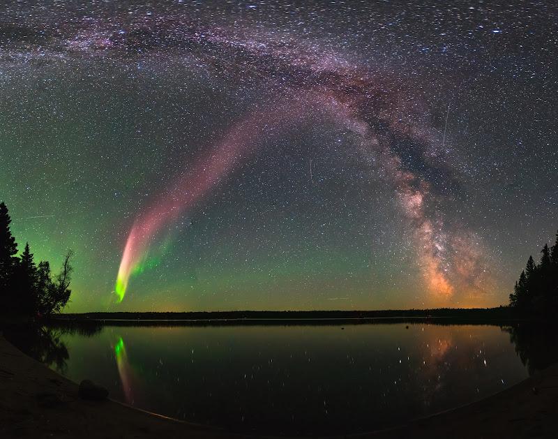 Một hiện tượng quang học giống nhưng không phải cực quang, được gọi là STEVE, đang tỏa sáng cùng dải Ngân Hà trên bầu trời hồ Childs, tỉnh Manitoba của Canada. Các nhà nghiên cứu lần đầu biết đến STEVE sau khi các thành viên trong nhóm Alberta Aurora Chasers trên mạng xã hội Facebook đã đăng những hình ảnh đầu tiên về những dải sáng có màu lục và tím bất thường nằm thẳng đứng trên bầu trời. Đọc chi tiết về STEVE. Hình ảnh: Krista Trinder.