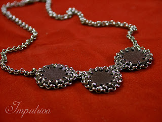 Silver necklace with leather circles for women, impulsiva metal collection